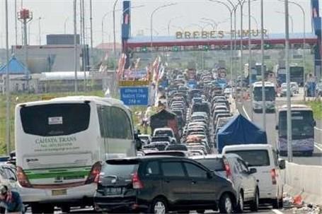 تصویر  مرگ ۱۲ اندونزیایی در ترافیک ۲۱ کیلومتری